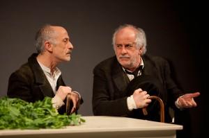 Da sinistra, Peppe e Toni Servillo in una scena de «Le voci di dentro»