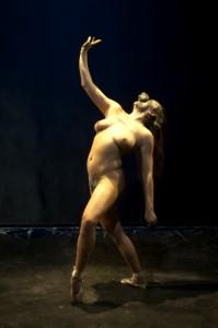 Alessandra Fabbri in un momento di «Mangiare e bere. Letame e morte»