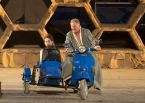 Antonello Fassari arriva in Vespa ne «Le vespe»