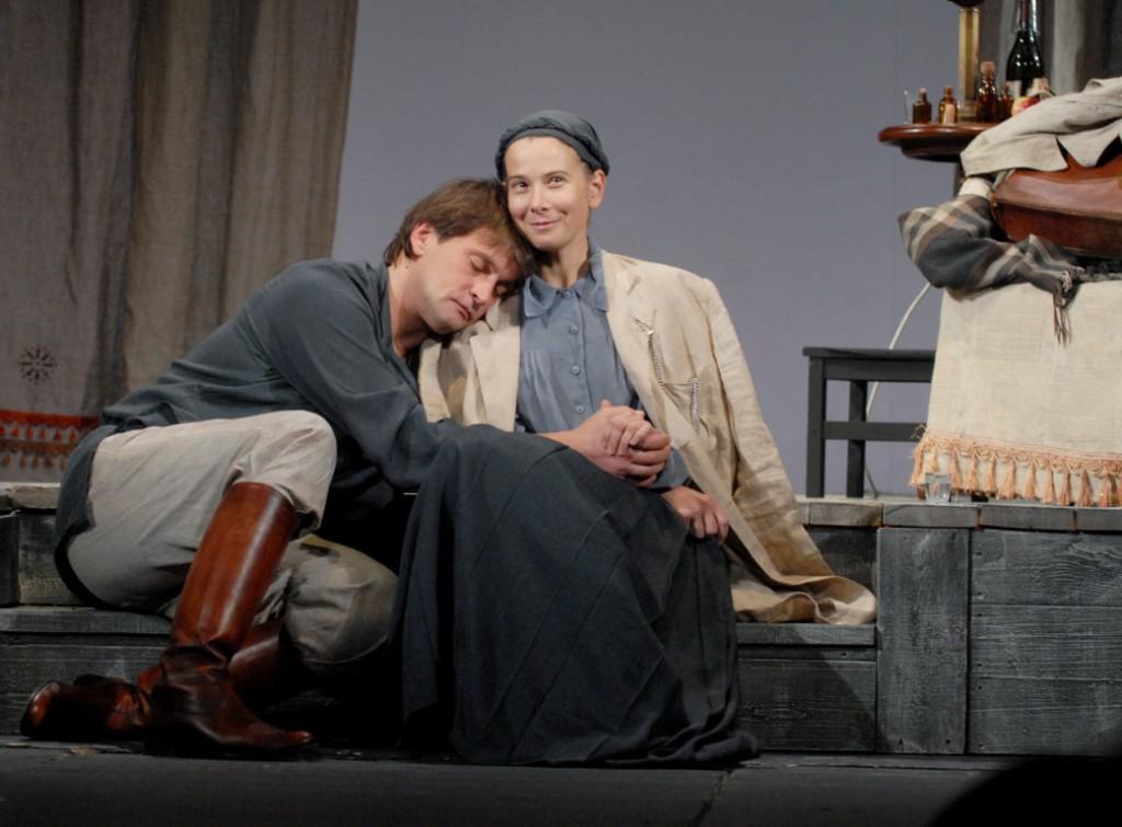 Aleksandr Domogarov e Yulia Vysotskaja in una scena di «Zio Vanja»
