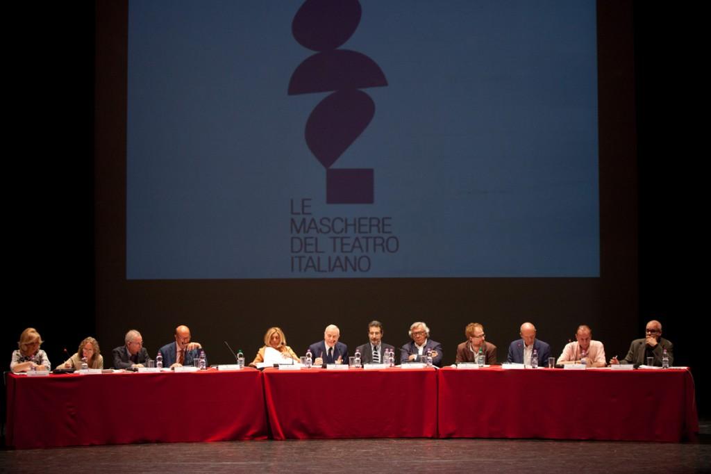 La giuria sul palcoscenico del teatro Eliseo mentre sceglie le terne dei finalisti
