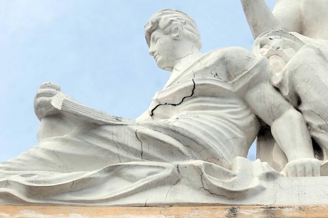 La crepa apertasi nella statua che sovrasta la facciata del Mercadante