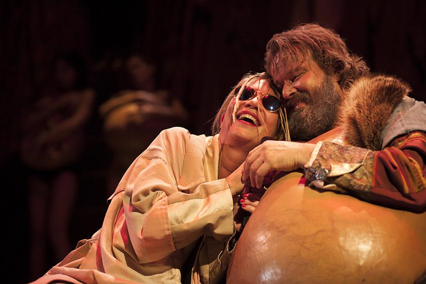 Elisabetta Valgoi e Giuseppe Battiston in una scena di «Falstaff» (foto di Mario Spada)