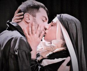 Walter Cerrotta e Yvonne Capece in una scena de «La monaca di Monza»