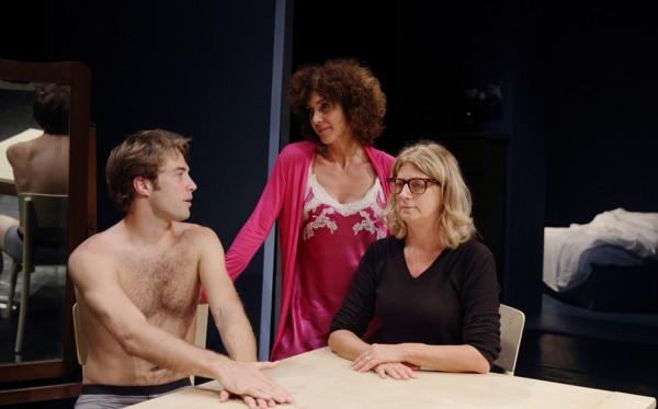 Da sinistra, Stefano Annoni, Maria Amelia Monti e Angela Finocchiaro in un momento de «La scena»