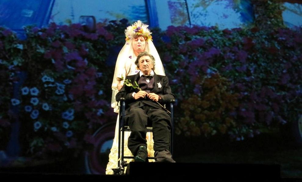 Gianluca Ballaré e (sulla sedia a rotelle) Bobò in un momento di «Orchidee»