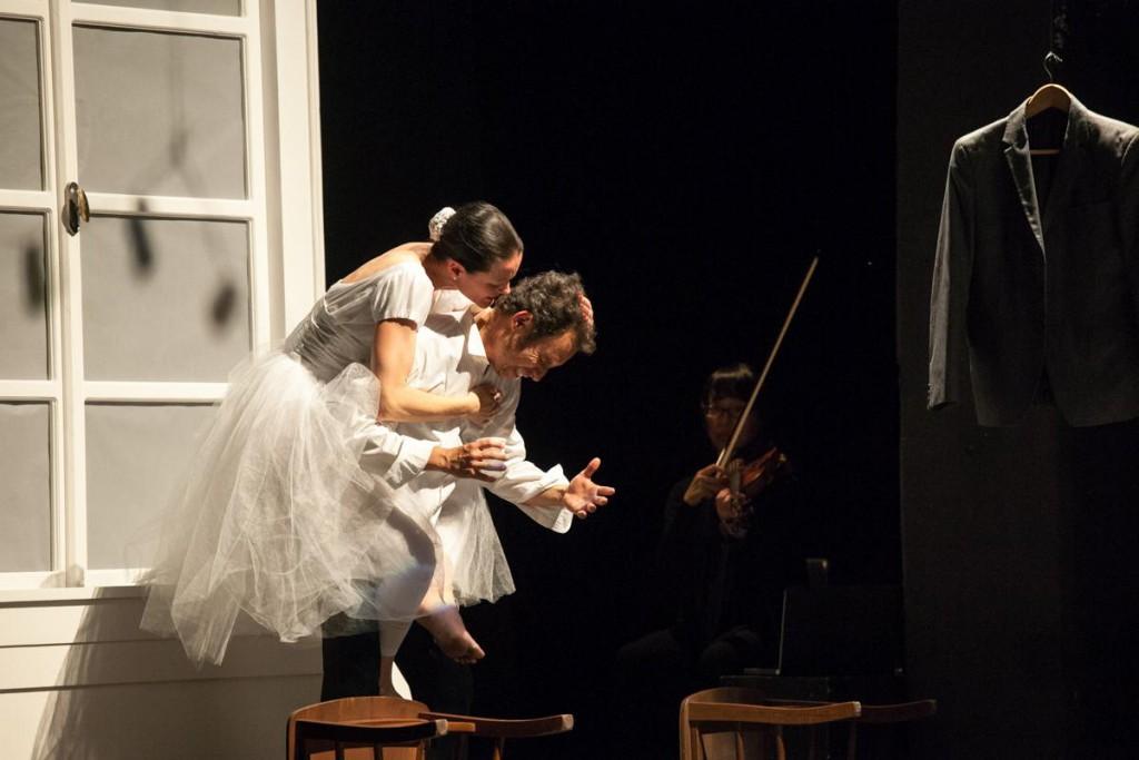 Tina Mitchell e Jhon Alex Toro in una scena di «Miss Julia»