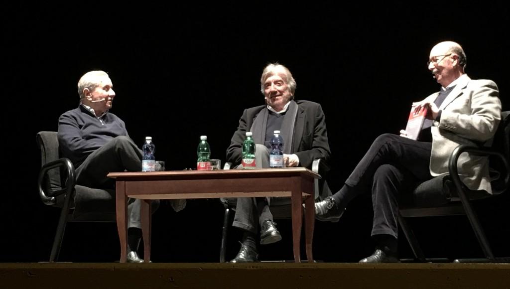 Da sinistra, Enrico Fiore, Gigi Proietti e Giulio Baffi sul palcoscenico del Teatro Cilea