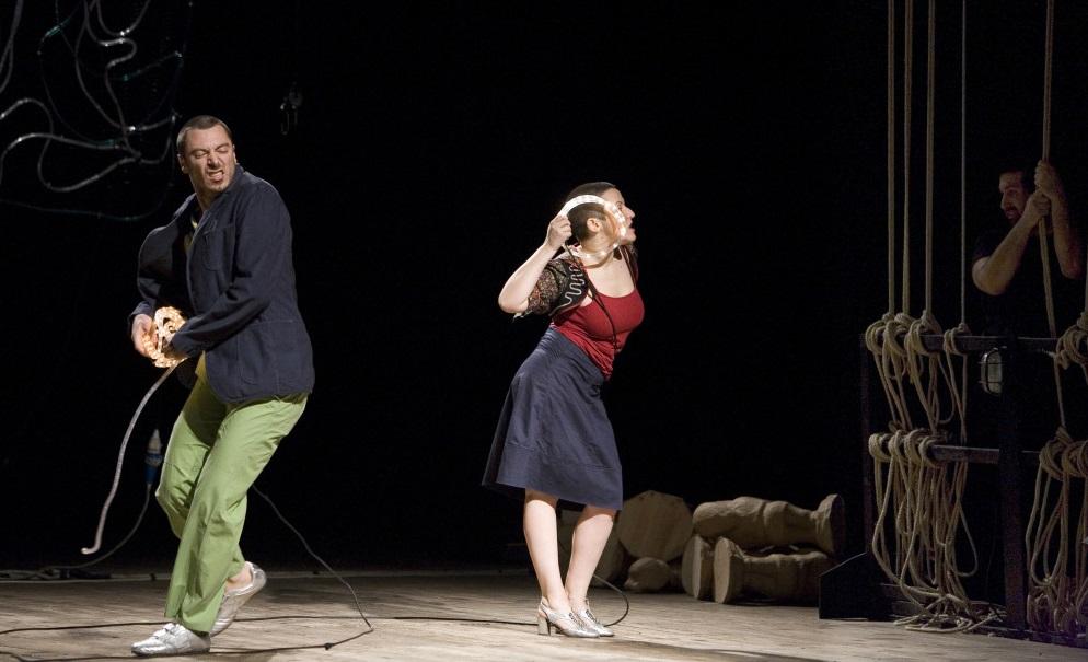 Enrico Castellani e Valeria Raimondi in una scena di «Made in Italy» (foto di Marco Caselli Nirmal)