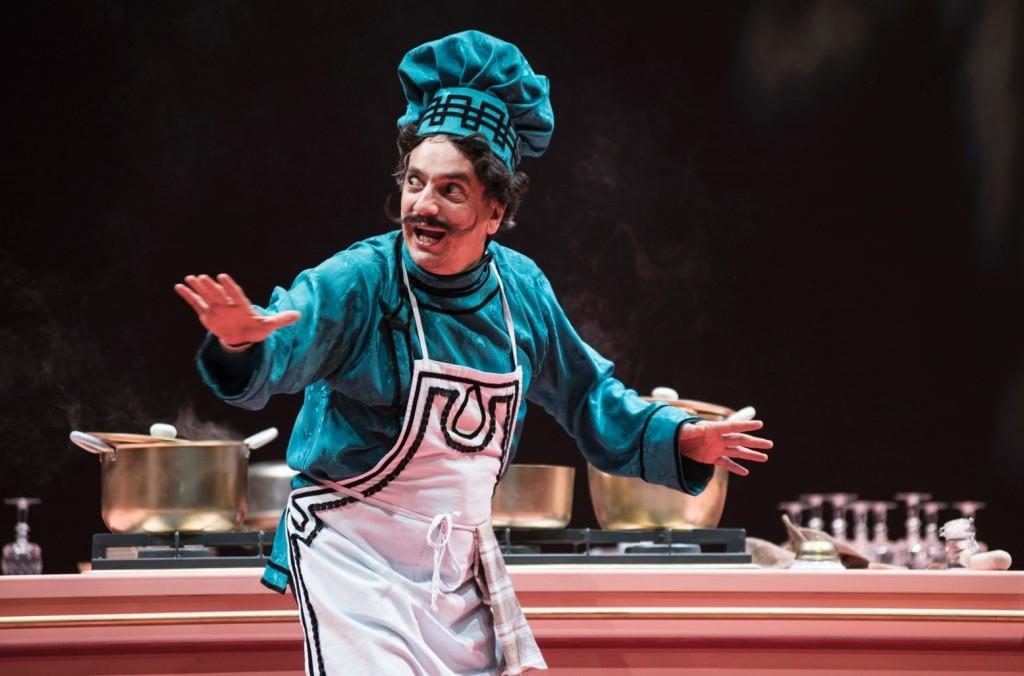 Arturo Cirillo in una scena di «Miseria e  nobiltà» (le foto che illustrano l'articolo sono di Marco Ghidelli)
