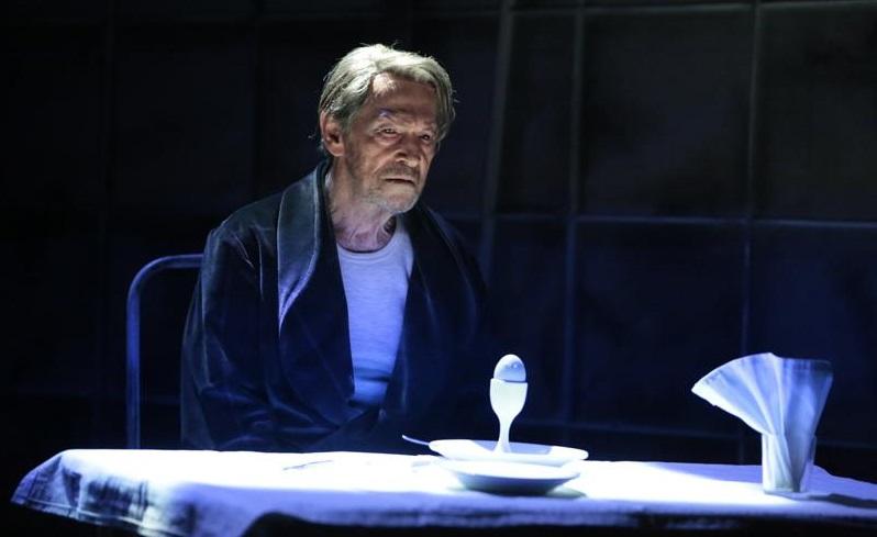 Umberto Orsini in un momento de «Il giuoco delle parti», in scena al Mercadante