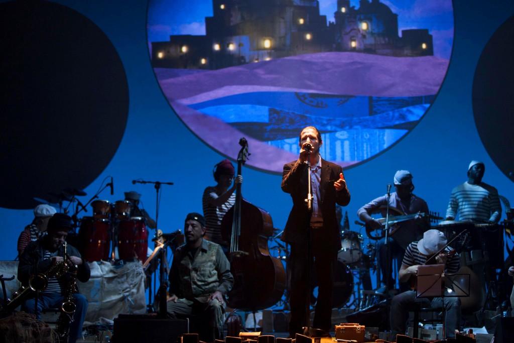 Un momento de «Il giro del mondo in 80 minuti», con il tunisino Ataa Houcine che canta una canzone contro il terrorismo