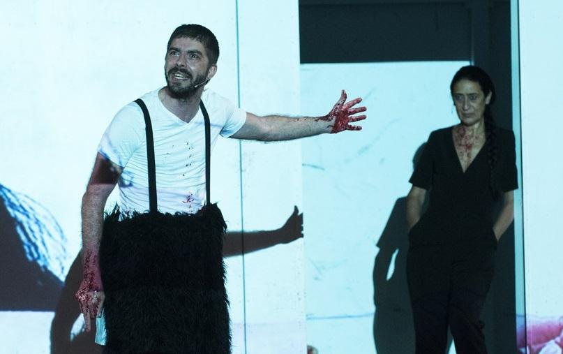 Michele Riondino e Maria Grazia Mandruzzato in una scena di «Giulio Cesare» (le foto dello spettacolo sono di Serena Pea)