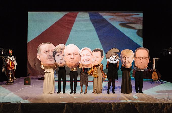 Un momento di «Nathan!?», in scena ancora stasera nel teatro Storchi per la regia di Nicolas Stemann