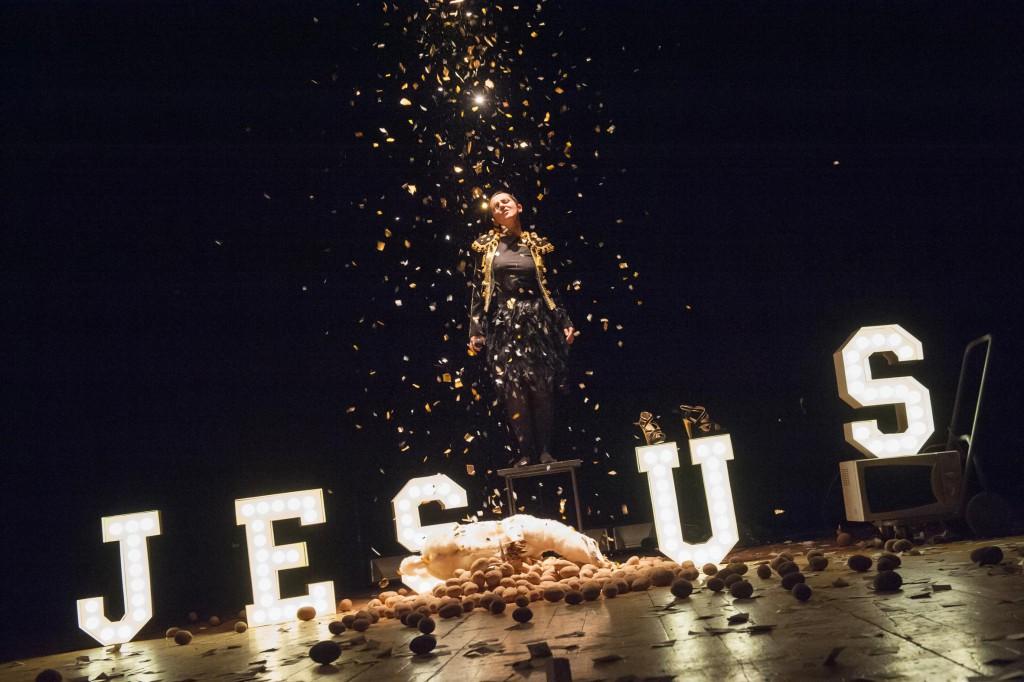 Valeria Raimondi in un momento di «Jesus», in scena fino a domenica nel Piccolo Bellini (tutte le foto che illustrano l'articolo sono di Eleonora Cavallo)