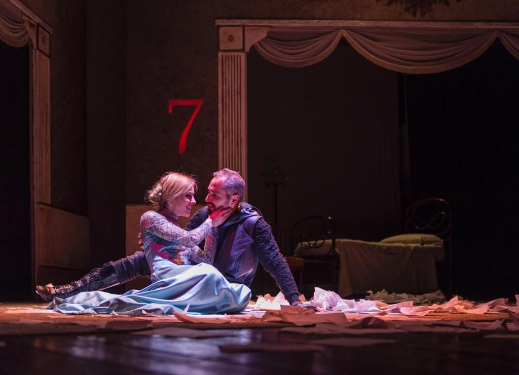 Camilla Semino Favro e Daniele Russo in una scena de «Il giocatore», fino al 26 al Bellini