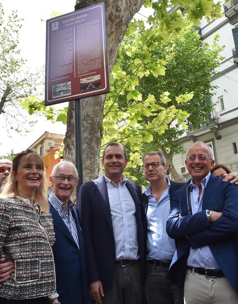 Il sindaco de Magistris con Lucio Mirra e i figli Claudia, Giampiero e Guglielmo davanti alla palina con la storia del Diana