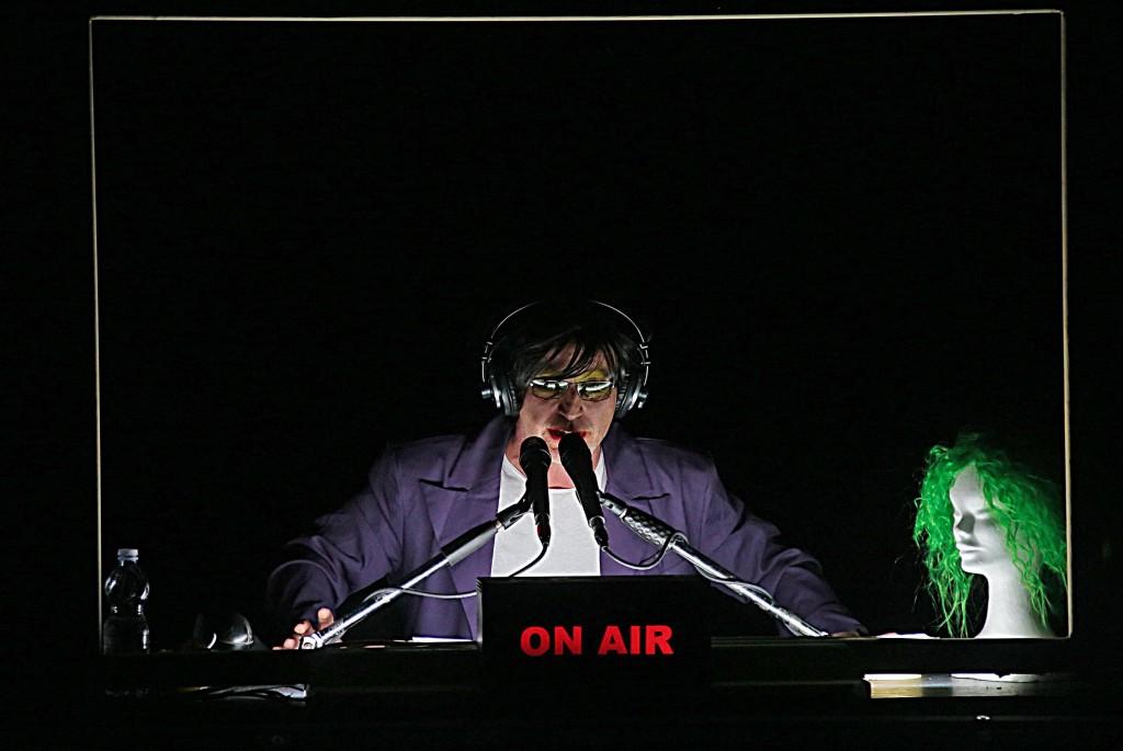 Roberto Latini in un momento de «Il Cantico dei Cantici» (le foto che illustrano l'articolo sono di Angelo Maggio)