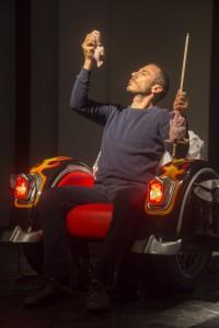 Enrico Castellani in un altro momento dello spettacolo