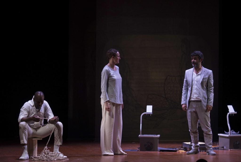 Un altro momento dello spettacolo, presentato nell'ambito di «Primavera dei Teatri»