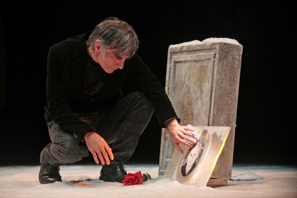 Saverio La Ruina in un momento di «Masculu e fìammina» (le foto che illustrano l'articolo sono di Angelo Maggio)