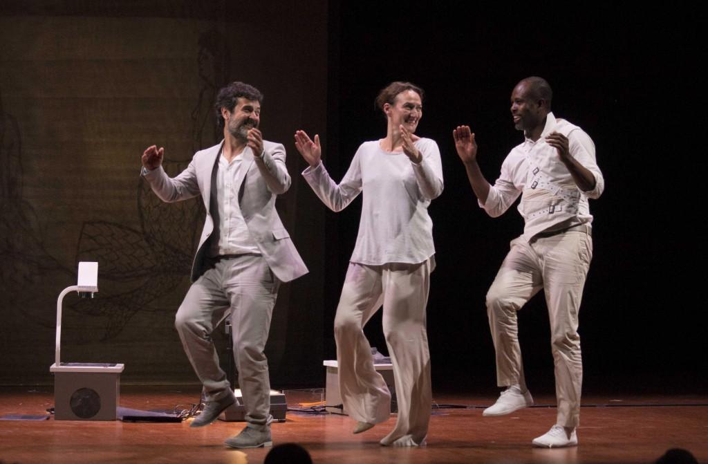 Da sinistra, Annibale Pavone, Estelle Franco e Abraham Kouadio Narcisse in un momento di «Aiace» (le foto che illustrano l'articolo sono di Angelo Maggio)