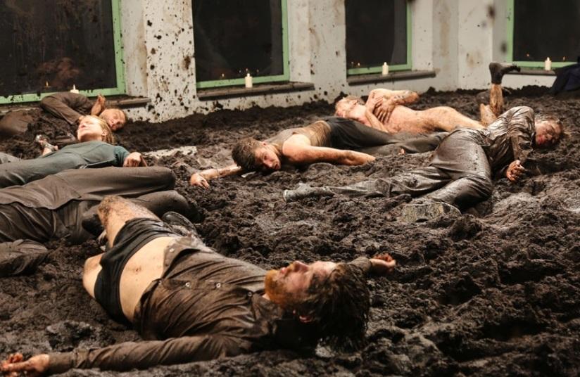Un momento di «NO43 Filth», lo spettacolo della estone Ene-Liis Semper presentato alla Biennale Teatro