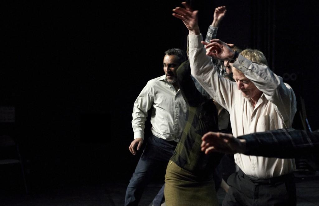 Un momento di «Le bruit des arbres qui tombent» di Nathalie Béasse, presentato alla Biennale Teatro