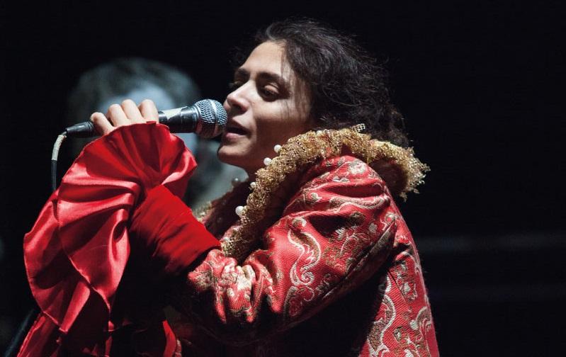 Francesca De Nicolais in un momento de «L'armata dei sonnambuli», in scena al Nuovo (le foto dello spettacolo sono di Claudia Nuzzo)