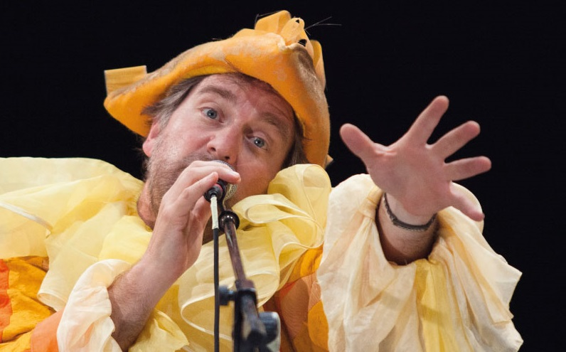 Rosario Giglio, nei panni di Léo Madonnet/Scaramouche, in un altro momento dello spettacolo