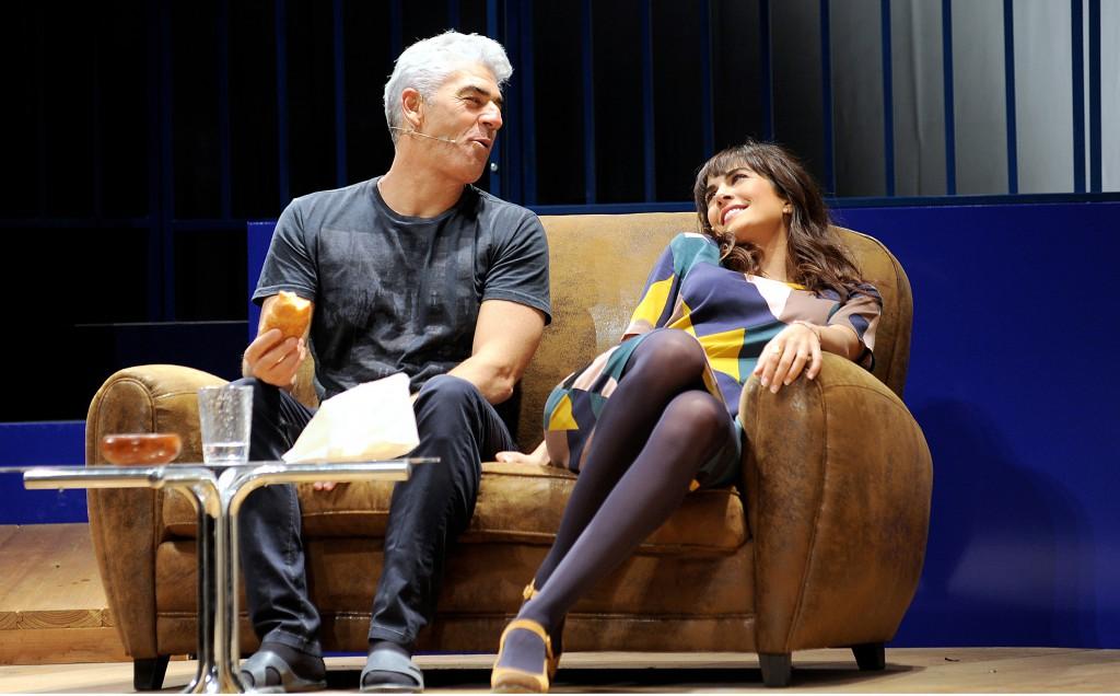 Biagio Izzo e Rocío Muñoz Morales in un momento di «Dì che ti manda Picone», in scena al Diana (la foto è di Gaetano Livigni)