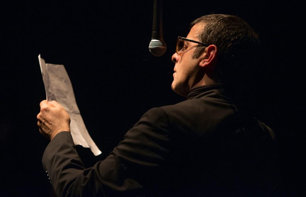 Fulvio Cauteruccio in un altro momento dello spettacolo diretto da Roberto Latini