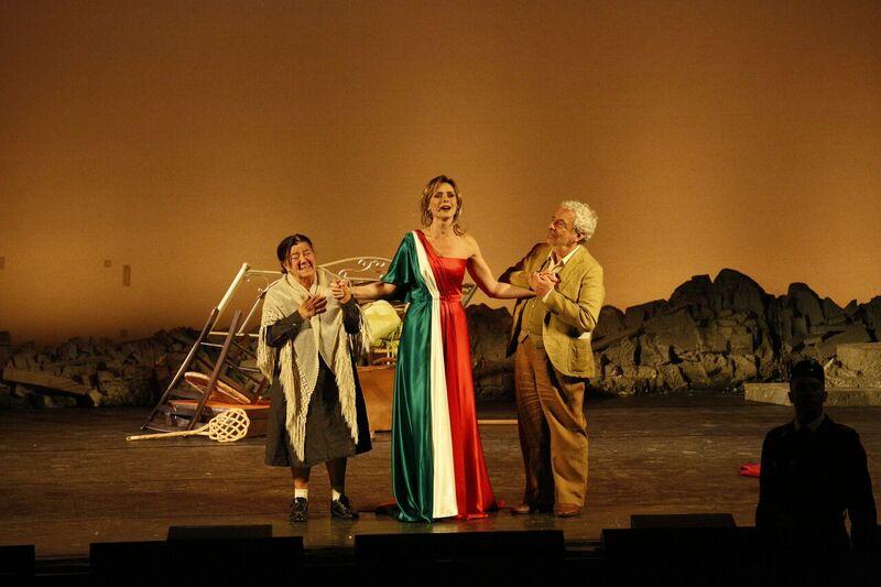 Serena Autieri, tra Maria Del Monte e Benedetto Casillo, nella scena conclusiva di «Rosso napoletano»