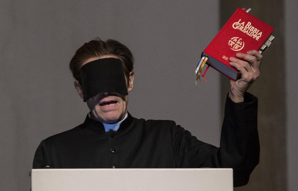 Willem Dafoe in un momento di «The Minister's Black Veil» (le foto dello spettacolo sono di Salvatore Pastore)