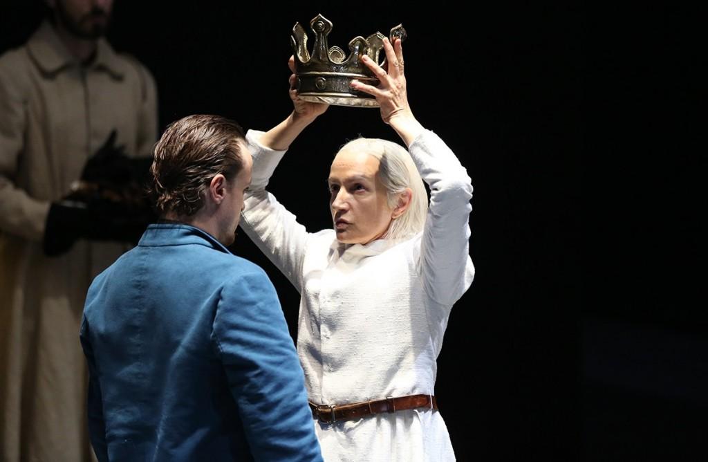 Maddalena Crippa e Alessandro Averone in un momento di «Riccardo II», in scena al Mercadante (le foto dello spettacolo sono di Paolo Porto)
