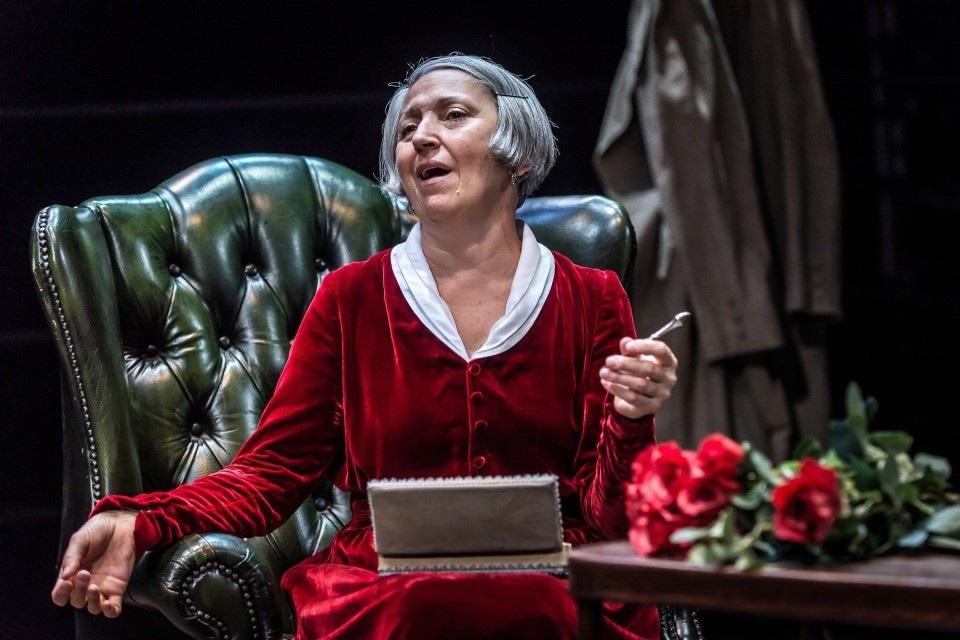 Maria Paiato in un momento di «Play Strindberg», in scena al Bellini ancora oggi e domani (le foto dello spettacolo sono di Simone Di Luca)