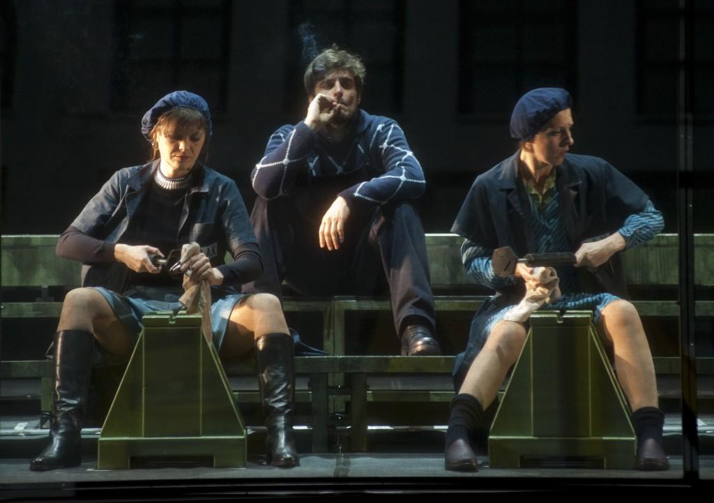 Da sinistra, Donatella Allegro, Lino Guanciale e Diana Manea in un momento de «La classe operaia va in paradiso» (le foto dello spettacolo sono di Giuseppe Distefano)