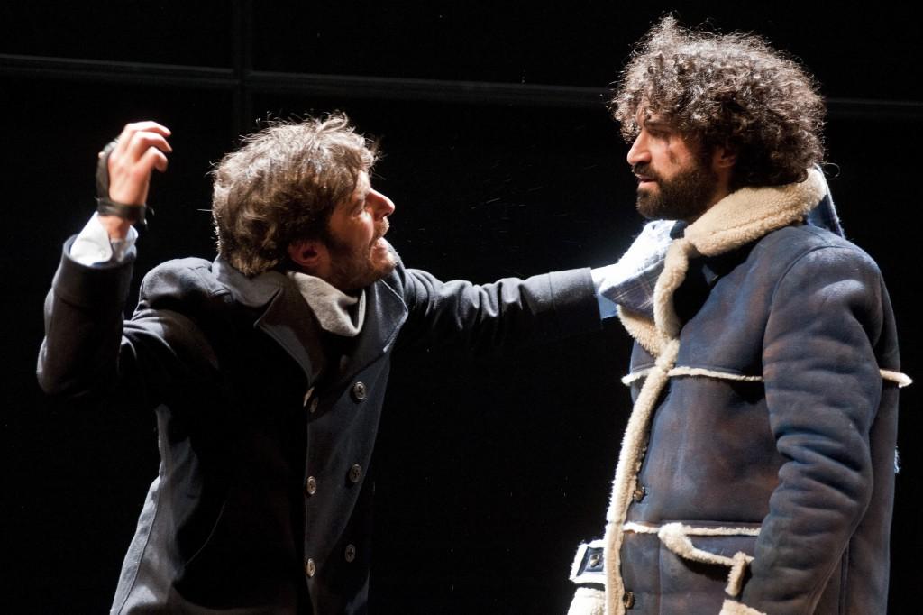 Da sinistra, Lino Guanciale e Simone Tangolo in un altro momento dello spettacolo, in scena al Bellini