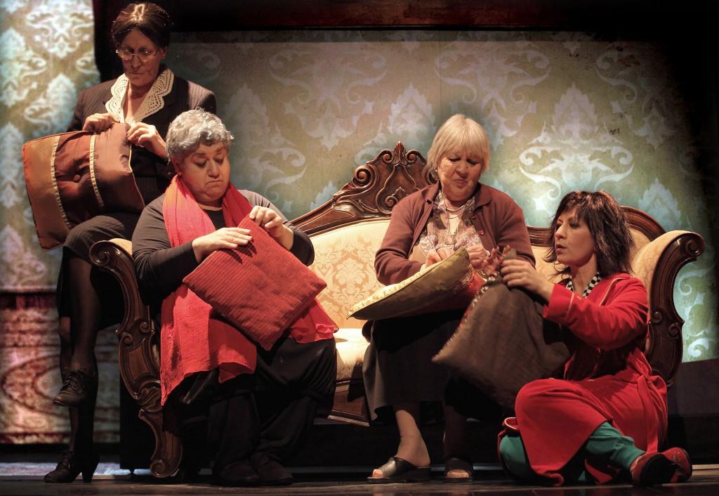 Da sinistra, Fiorella Sciarretta, Serra Yilmaz, Marcella Ermini e Monica Bauco in un altro momento de «La bastarda di Istanbul», in scena alla Sala Umberto di Roma