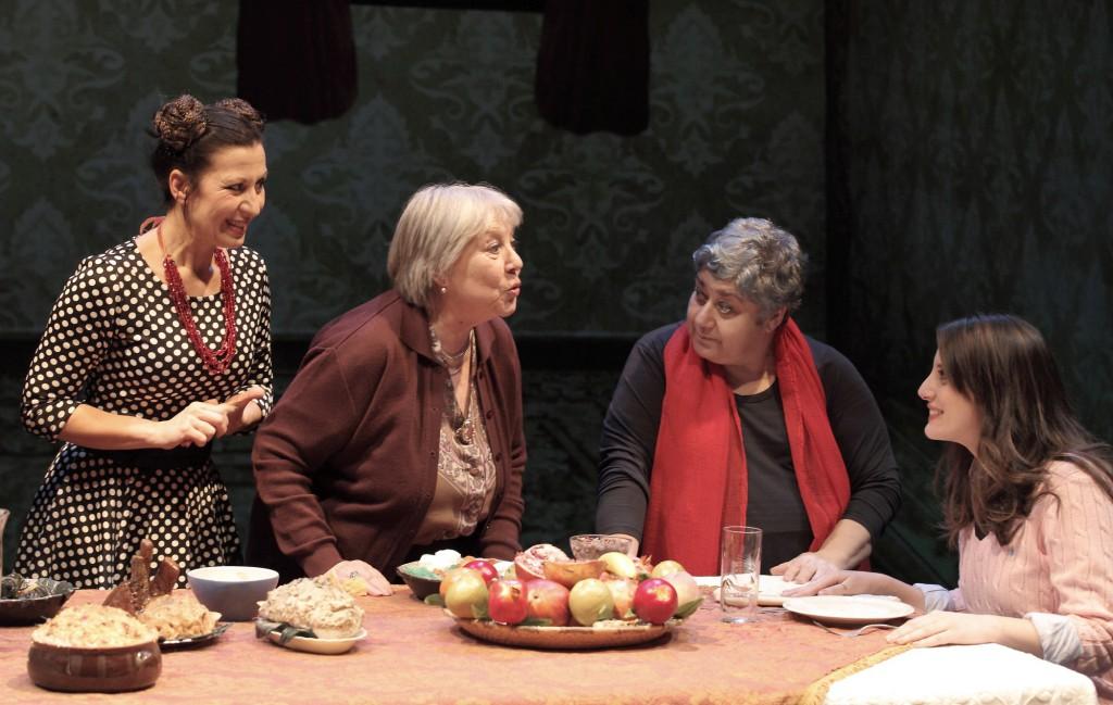 Da sinistra, Monica Bauco, Marcella Ermini, Serra Yilmaz ed Elisa Vitiello in un momento de «La bastarda di Istanbul», in scena alla Sala Umberto di Roma (le foto dello spettacolo sono di Enrico Gallina)