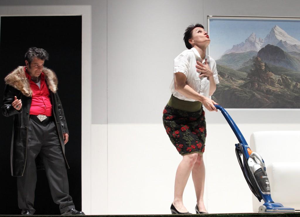 Fulvio Cauteruccio e Antonella Questa in un'altra scena di «Alpenstock» (foto di Enrico Gallina)