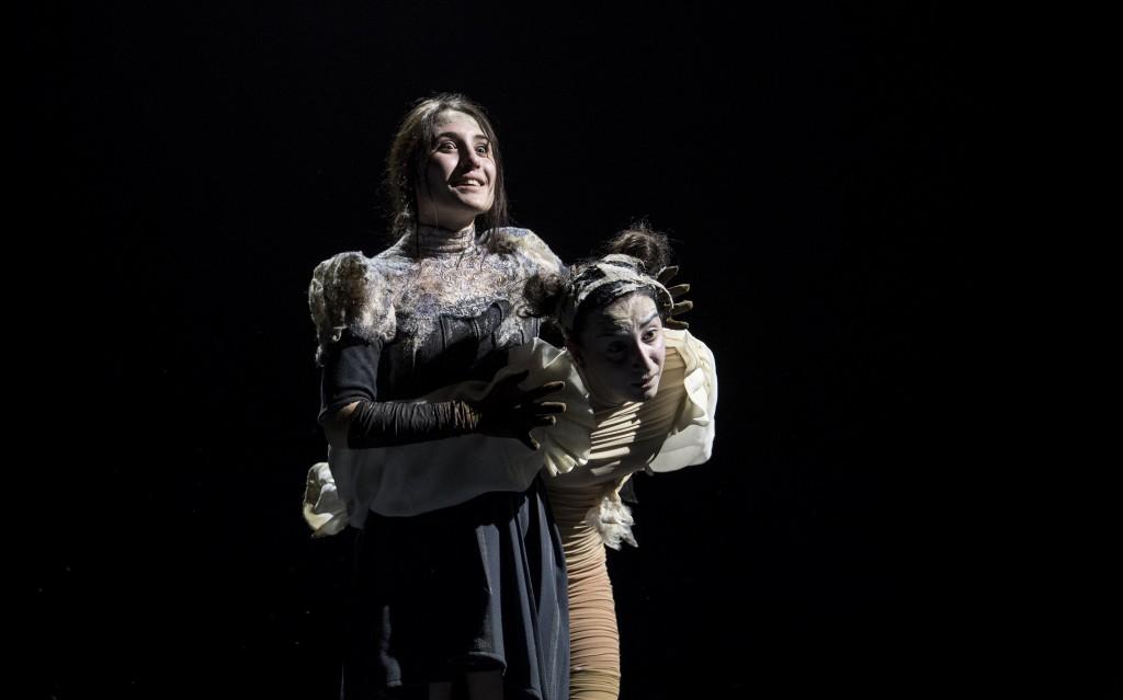 Da sinistra, Marianna Fontana (Maria delle Papere) e Veronica D'Elia (Rachela) ancora in un momento de «La cupa»