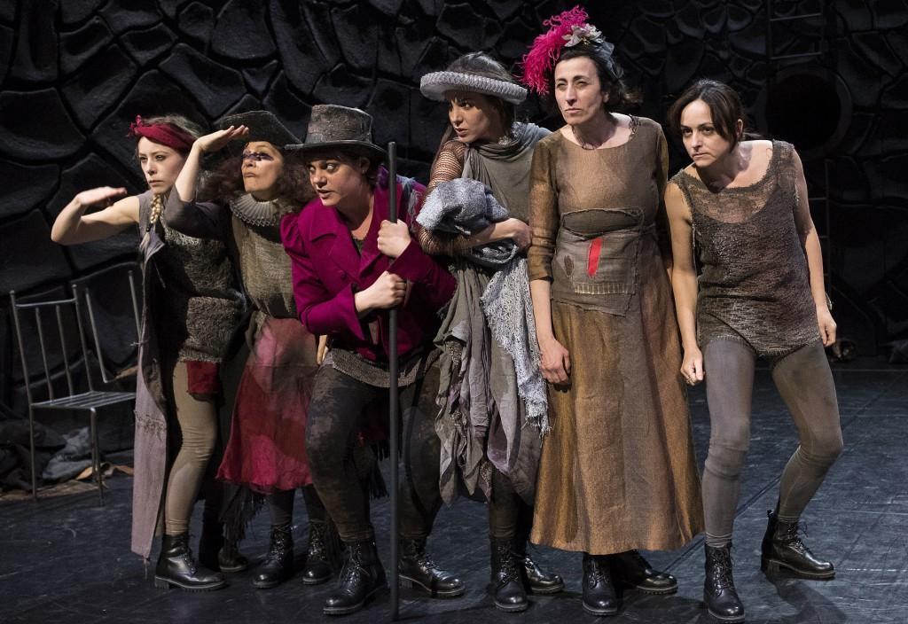 Un momento de «L'ultimo Decamerone», in scena al Bellini  (le foto che illustrano l'articolo sono di Mario Spada)