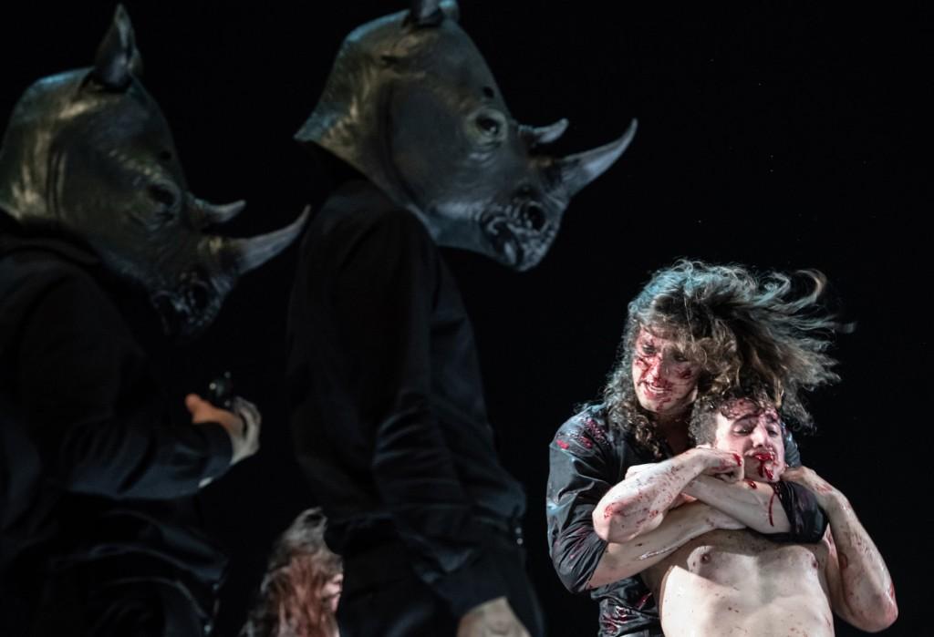Riccardo Micheletti e Riccardo Niceforo in un altro momento dello spettacolo, in scena ancora oggi al Gobetti di Torino