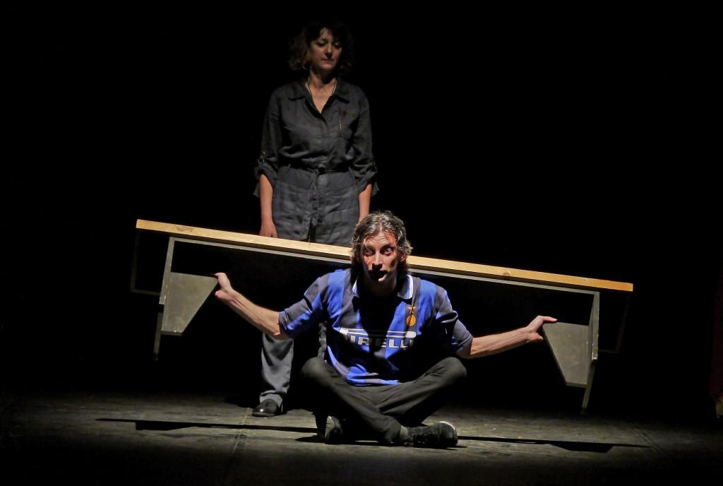 Gianfranco Berardi e Gabriella Casolari in un momento di «Amleto take away» (foto di Angelo Maggio)