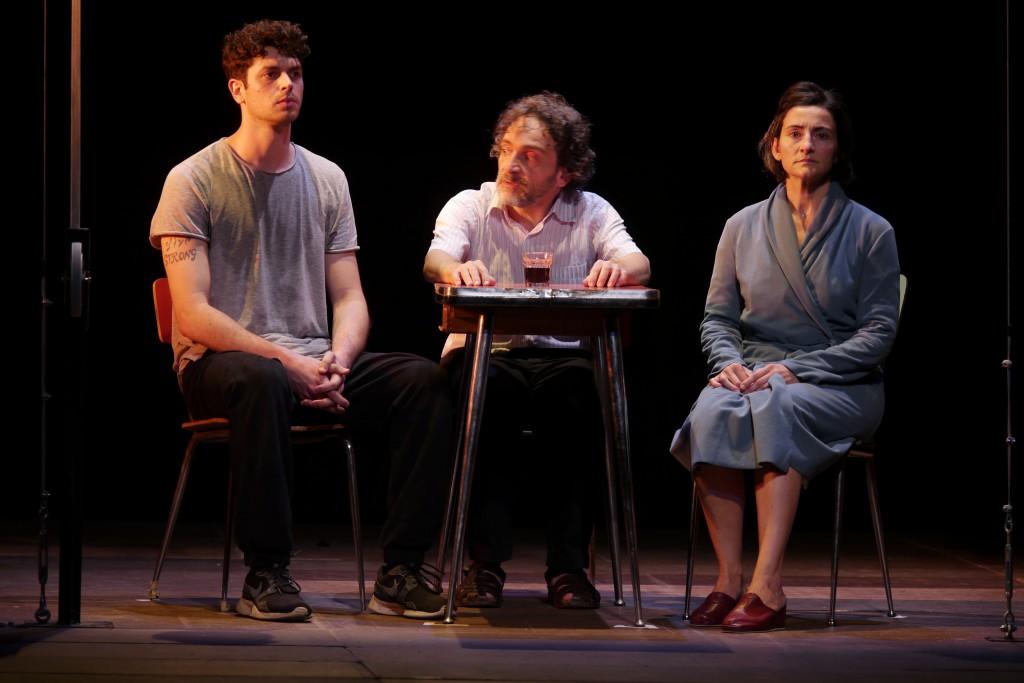 Da sinistra, Carlo Guasconi, Massimiliano Speziani e Mariangela Granelli in «Essere bugiardo»  (la foto è di Angelo Maggio)