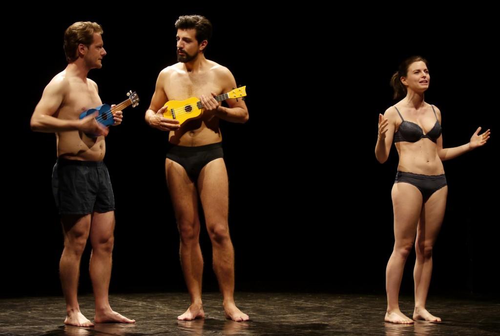 Da sinistra, Andrea Tonin, Andrea Bellacicco ed Eleonora Panizzo in un momento di «Intimità»  (la foto è di Angelo Maggio)