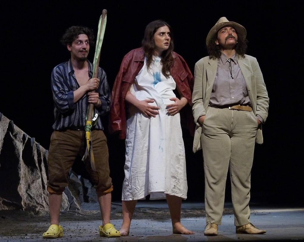 Da sinistra, Vincenzo Salzano, Valeria Pollice e Giuseppina Cervizzi in un momento di «Nella fossa» (la foto è di Angelo Maggio)