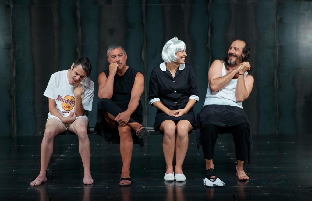 Da sinistra, Christian La Rosa, Michele Di Mauro, Matilde Vigna e Mariano Pirrello in «Spettri» (le foto che illustrano l'articolo sono di Andrea Avezzù)