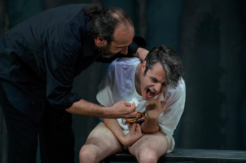 Da sinistra, Mariano Pirrello e Christian La Rosa in un altro momento della riscrittura di «Spettri» firmata da Leonardo Lidi